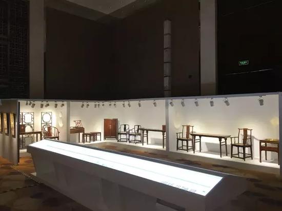 庄重典雅的现场展陈设计更加凸显高品质的拍品