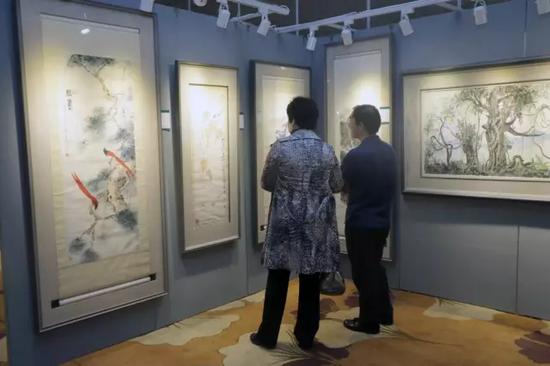 藏家在近现代书画展陈区驻足讨论