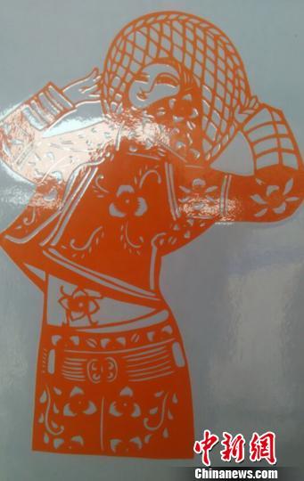 """图为""""90后""""大学生卢明的刻纸作品《惠安女》。 廖静 摄"""