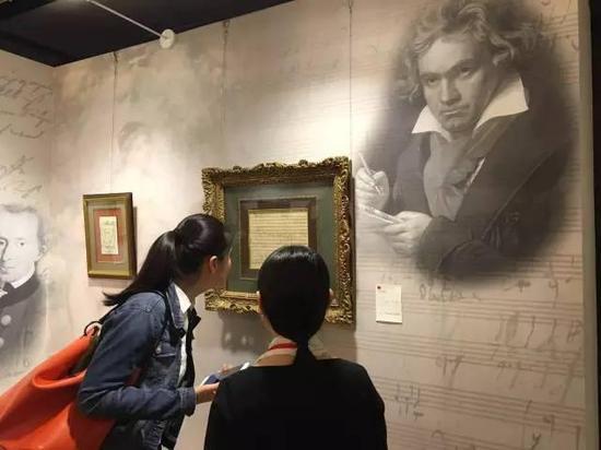《庄严弥撒》是贝多芬极为重要的创作手稿,嘉宾仔细鉴赏手稿