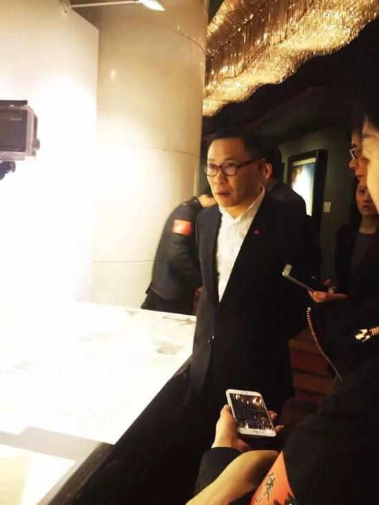 即将于五月下旬举行的嘉德香港春拍也参加了本次巡展,嘉德香港公司执行副总裁蒋再鸣为媒体讲解此次嘉德香港春拍的重点作品——八大山人《个山杂画册》