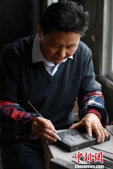 中国文房四宝制砚工艺大师柳新祥正在创作。 程景伟 摄