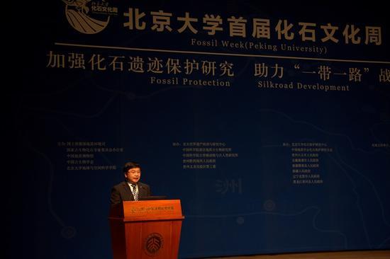 辽宁省北票市人民政府市长付宗义在百年讲堂介绍北票市化石资源保护和开发情况