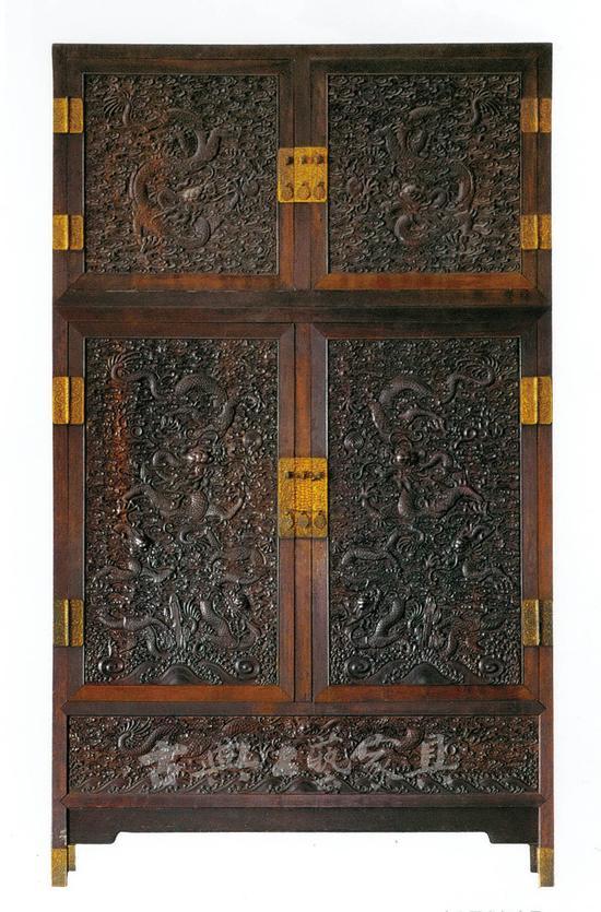 图1-2 紫檀雕云龙纹顶竖大柜(故宫博物院藏)