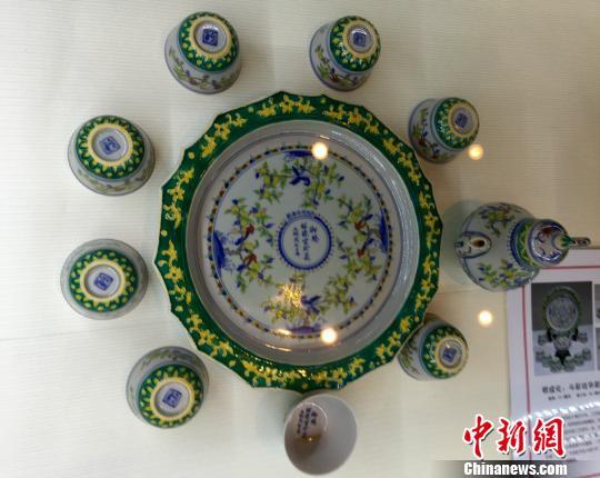 图为展出的明成化斗彩珐华彩酒器,系当时的皇帝御赐给宫中嫔妃所用。 周毅 摄