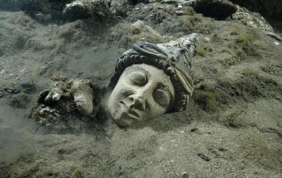 被潜水员挖掘出来的一个头像