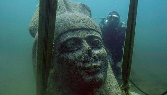 曾经装饰过索尼斯-希拉克莱奥神庙的巨型哈比神红色大理石头像从海底中提起