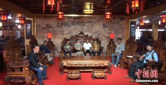 图为游人参观标价1.98亿元人民币的黄花梨沙发