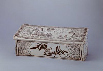磁州窑白地黑花人物纹枕 北京故宫博物院藏