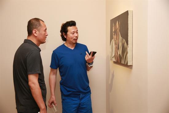 艺术家陈晗(右)