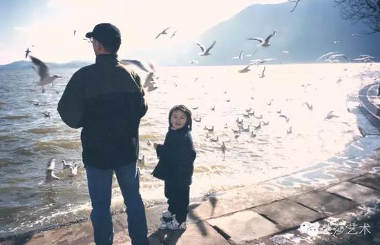 张晓刚与女儿,2000年于昆明