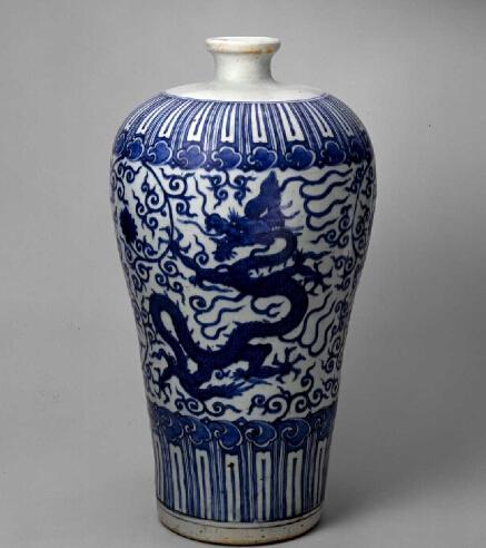 青花龍穿花紋梅瓶 北京故宮博物院藏