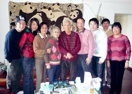 已故画家吴冠中(中)1991年在大英博物馆的展览,方毓仁也有参与组织,两家人关系密切。
