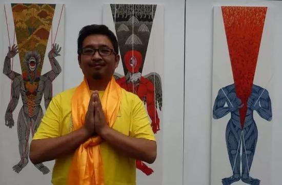 """艺术家嘎德在2010""""烈日西藏""""展览现场"""