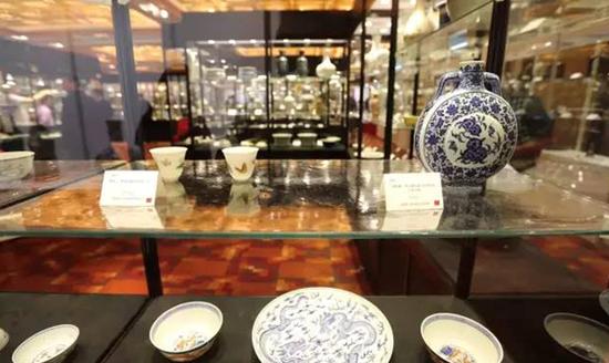 四季陶瓷工艺品高级业务经理刘旸介绍,本季拍卖还有一批同一资深藏家收藏的瓷器,质量齐整,亦值得关注