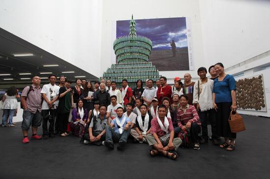 """2010""""烈日西藏""""展览现场策展人、艺术家与嘉宾合影"""