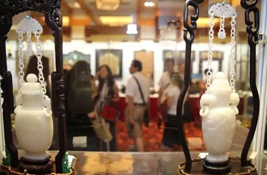 琳琅满目的瓷器展区,客人们细细品味心仪的展品