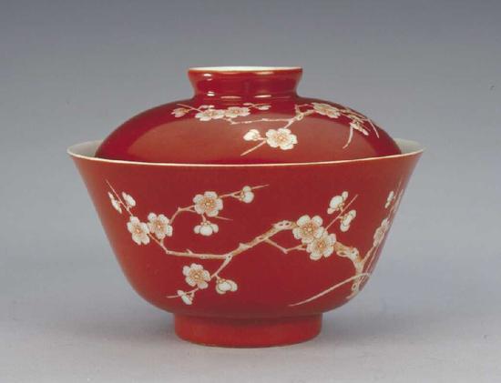 清道光珊瑚紅地白梅花紋蓋碗 北京故宮博物院藏