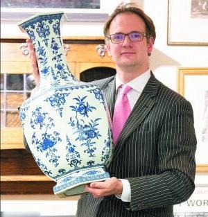 英国夫妇用价值千万乾隆瓷器顶门 惊呆拍卖商