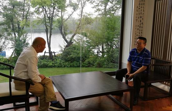 2范扬先生 接受记者采访中