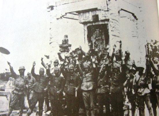 图为日军在卢沟晓月碑前庆祝胜利