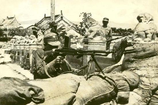 图为在卢沟桥头防御工事内的中国士兵