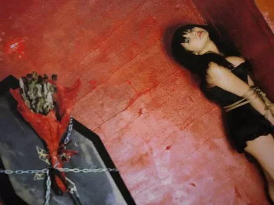 日本摄影艺术家荒木经惟作品《�叟�ルンルン》(新潮社出版),模特花井美里,绳师有末��。
