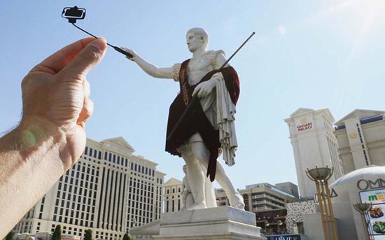 拉斯维加斯凯撒皇宫大酒店前的凯撒大帝雕像也爱上了自拍