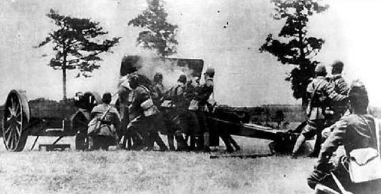 图为日军炮轰宛平城