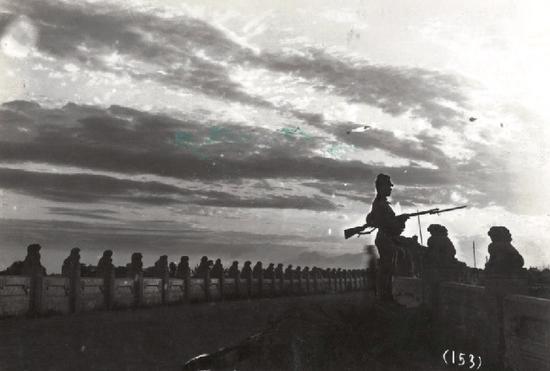 图为日军在卢沟桥警戒