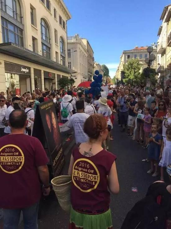 法国巴黎戏剧节开幕当天的游行盛况