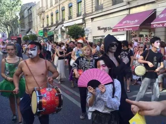 法国巴黎国际戏剧节开幕当天的游行盛况