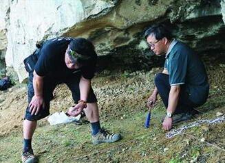 考古人员在发掘现场工作情形