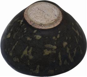 南宋吉州窑黑釉剪纸贴花纹茶盏底部