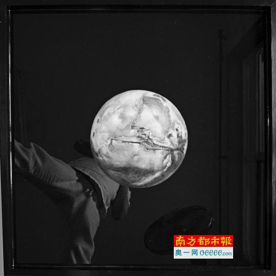 王俊艺作品2 0 15《楚门的世界———爱》,树脂、油画。