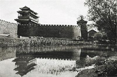 1921,永定门全貌(南面),围绕瓮城向东流的外城南护城河。奥斯伍尔德·喜仁龙摄。