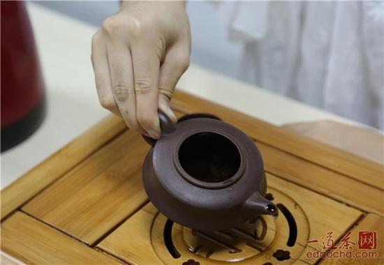 注入半壶水、摇晃一下把茶渣汇聚到一起
