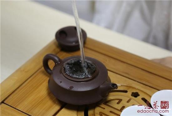注入开水直至茶水稍稍溢出