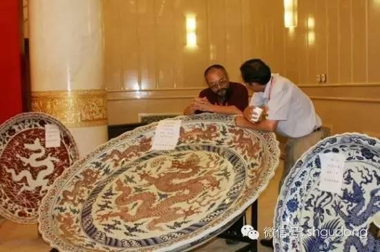 """""""国宝献汶川""""活动中藏家捐赠的直径达1.6米的""""明宣德青花釉里红大盘"""""""
