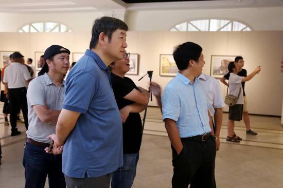 陈勇馆长与艺术家观展