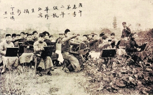1918年春季上海图画美术学校第一、二年级学生在上海龙华地区野外写生,丁悚摄。刊载于上海图画美术学校1918年10月出版发行的《美术》第一期。