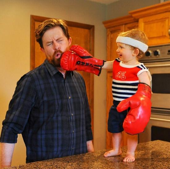 拳击手拿老爸开练。(网页截图)