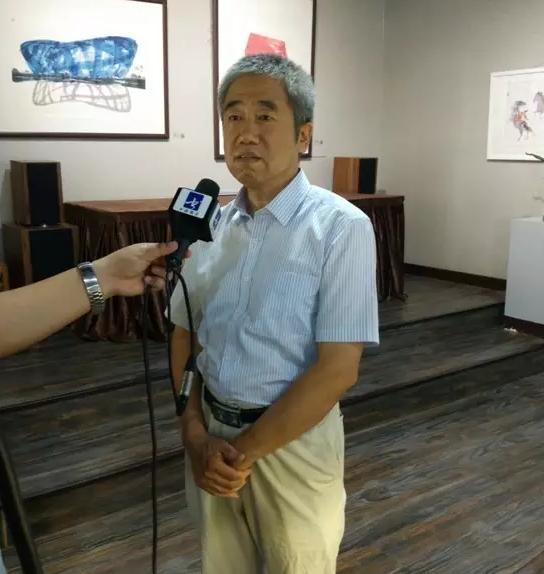 图为艺术家刘德舟正在接受央视书画频道采访