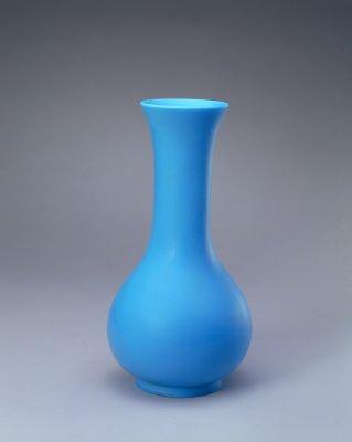 清乾隆·孔雀蓝色玻璃长颈瓶    北京故宫博物院藏