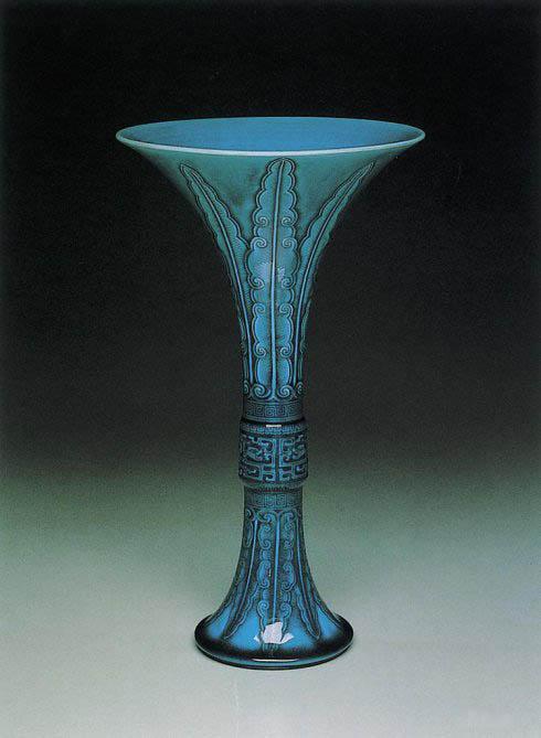 清初·孔雀蓝锥拱蕉叶夔纹觚    台北故宫博物院藏