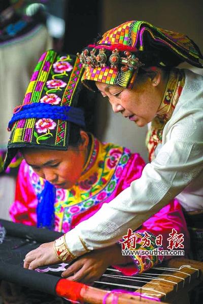藏羌织绣核心传承人、四川省工艺美术大师杨华珍(右)在指导弟子。 图片由成都华珍藏羌文化博物馆提供
