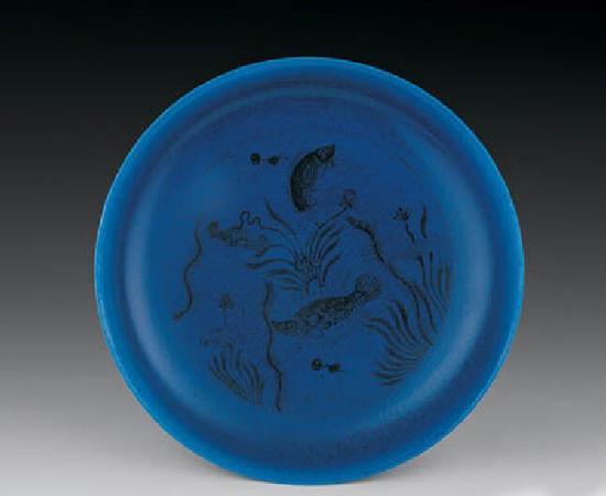 明成化·孔雀蓝釉鱼藻纹大盘