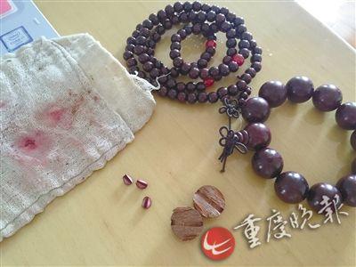 小叶紫檀手链敲开发现是染色的普通木珠