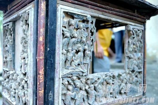 3面花板均有数十个栩栩如生的人像铲底浮雕。李皓 摄