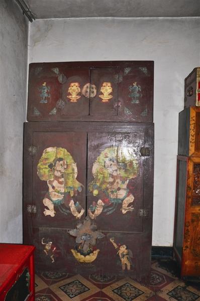 髹漆彩绘立柜